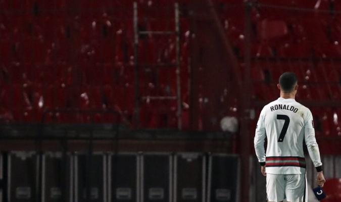 El portugués hizo famoso su brazalete al arrojarlo furioso  AP