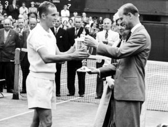 El duque de Edimburgo visitó en seis ocasiones el All England Club, la última de ellas en 1977 / f
