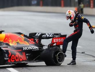 El neerlandés Verstappen se retiró a falta de cinco vueltas para el final en el Gran Premio de Aze
