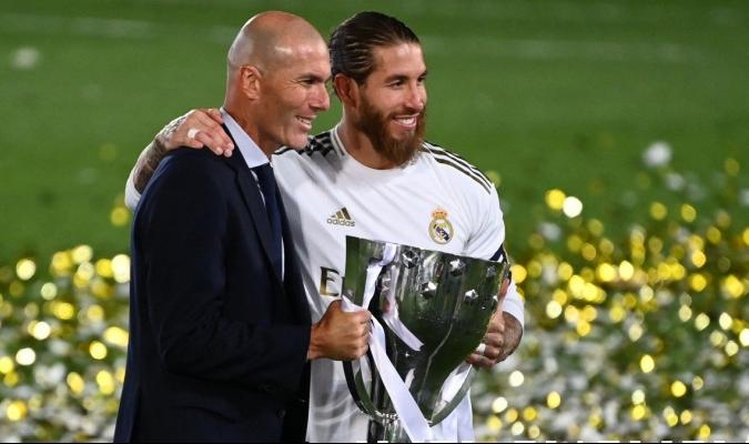 Zinedine Zidane agradeció a Sergio Ramos la historia que escribieron juntos en el Real Madrid / fot