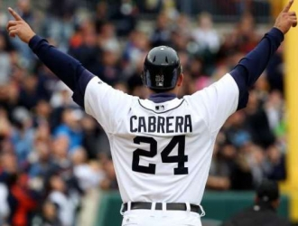 Cabrera homenajeado en el Comerica Park
