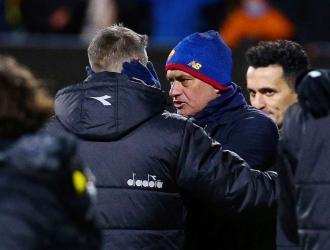 Mourinho habla con el entrenador del Bodo Glimt, Kjetil Knutsen, tras terminar el partido / MATS TOR