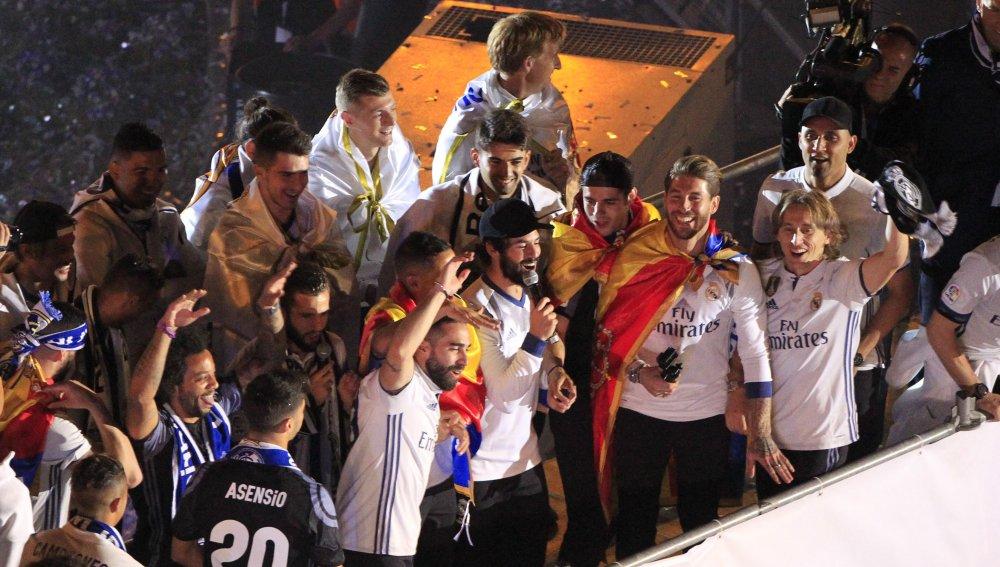 """Isco alentó cantando """"Piqué, cab..., saluda al campeón"""""""