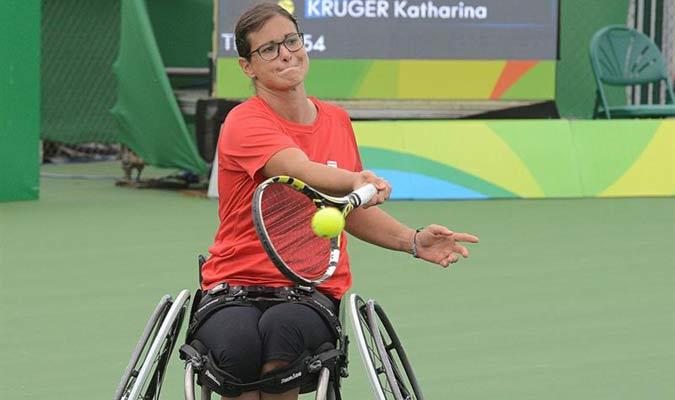 La tenista española Lola Ochoa enfrenta a la alemana Katharina Kruger en la competencia de tenis en silla de ruedas femenino / EFE