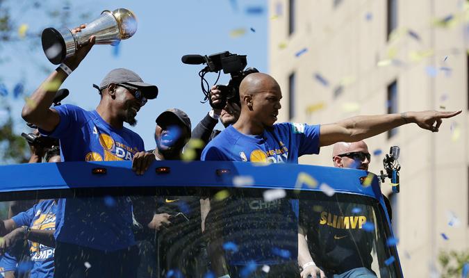 Kevin Durant y los demás le dedicaron el trofeo a los fanáticos / Foto AP