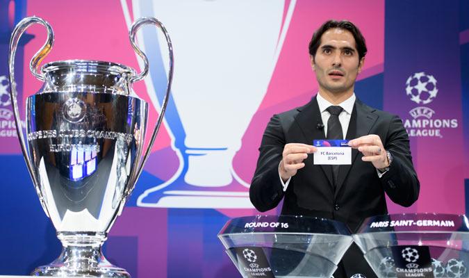 Altintop al sacar el papel del Barcelona/ Foto AP