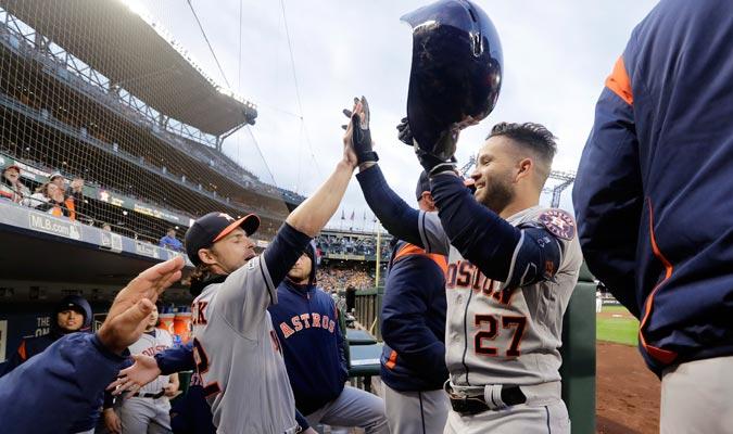 Reddik felicitando a Altuve por su vuelacerca/ Foto AP