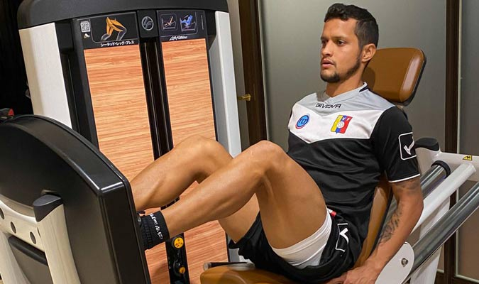 El lateral entrena sus piernas/ Foto @SeleVinotinto