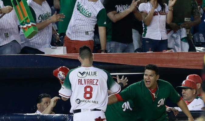 Dariel Álvarez recibiendo la felicitación de sus compañeros/ Foto AP
