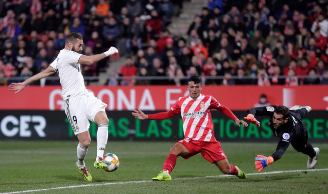 Benzema tratando de abrir el marcador/ Foto AP