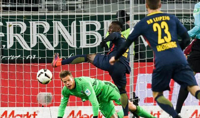 El Leipzig pecó de visitante y perdió el liderato del balompié germano / Foto EFE