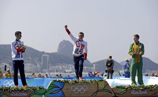 Alistair Brownlee celebra en el podio /Foto AP