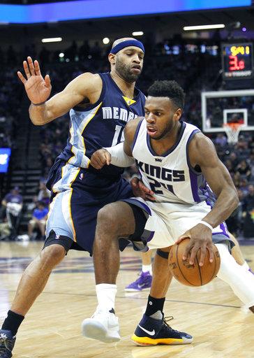Sacramento Kings Guard (24) lucha contra el defensa de Memphis Grizzlies Vince Carter (15) durante la segunda mitad de un partido de baloncesto de la NBA en Sacramento, California