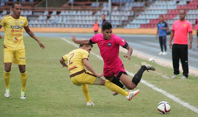 Carlos De Castro entra fuerte a buscar el balón | Foto AVS