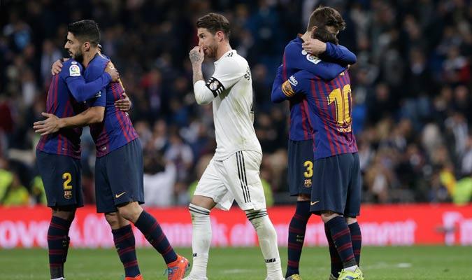 Ramos pasando entre la celebración del Barça/ Foto AP