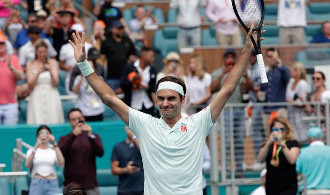 Federer alzó las manos al ganar el duelo/ Foto AP