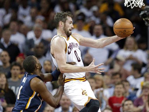 Kevin Love de Cleveland Cavaliers, atrapa un pase bajo la presión de C. J. Miles de los Pacers de Indiana en la serie de playoffs de la NBA en primera ronda, el partido se realizó en el Quicken Loans Arena casa de los Cavaliers.