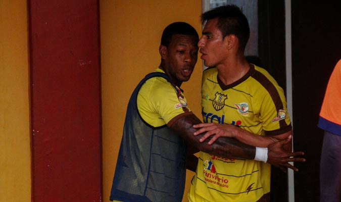 James Cabezas intentó calmar a Luiryi Erazo | Foto: Rafael Araujo
