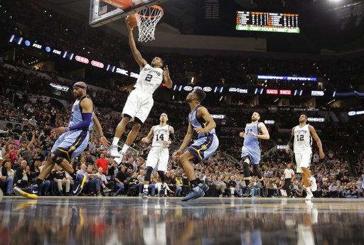 San Antonio Spurs Kawhi Leonard ataca a la defensa de los Grizzlies de Memphis durante la segunda mitad en el Juego 2 de la NBA serie de primera ronda de playoffs, el lunes 17 de abril. San Antonio resultó victorioso 96-82
