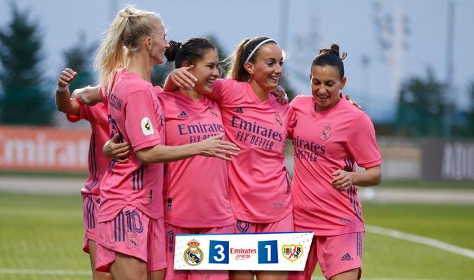 Las jóvenes fútbolistas del Madrid con su atuendo rosa