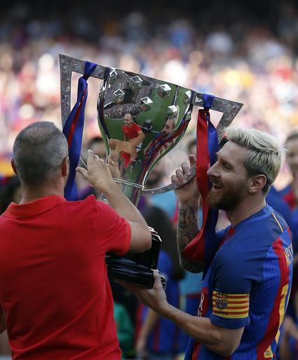 Messi levanta con Iniesta el trofeo /Foto AP