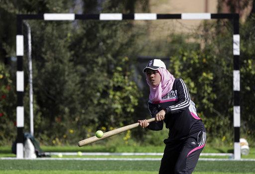 El conjunto de jóvenes mujeres entreno en un campo de fútbol de grama artificial / Foto: AP