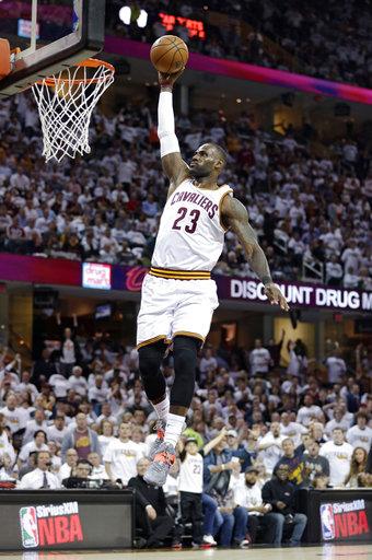 LeBron James de Cleveland Cavaliers hunde el balón contra los Pacers de Indiana en la primera mitad en el Juego 2 de la serie de playoffs de la NBA de baloncesto Los Cavaliers ganaron 117-111