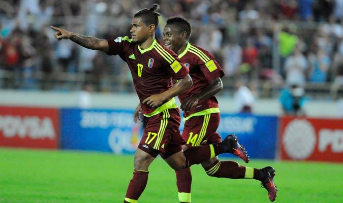 Josef Martínez hizo fiesta con la defensa de Bolivia y se llevó el balón / Foto David Urdaneta