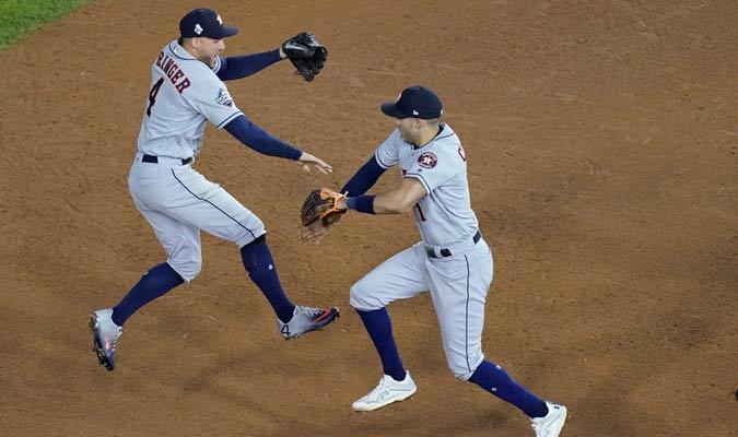 Springer y correa se saludan tras la nueva victoria/ Foto AP