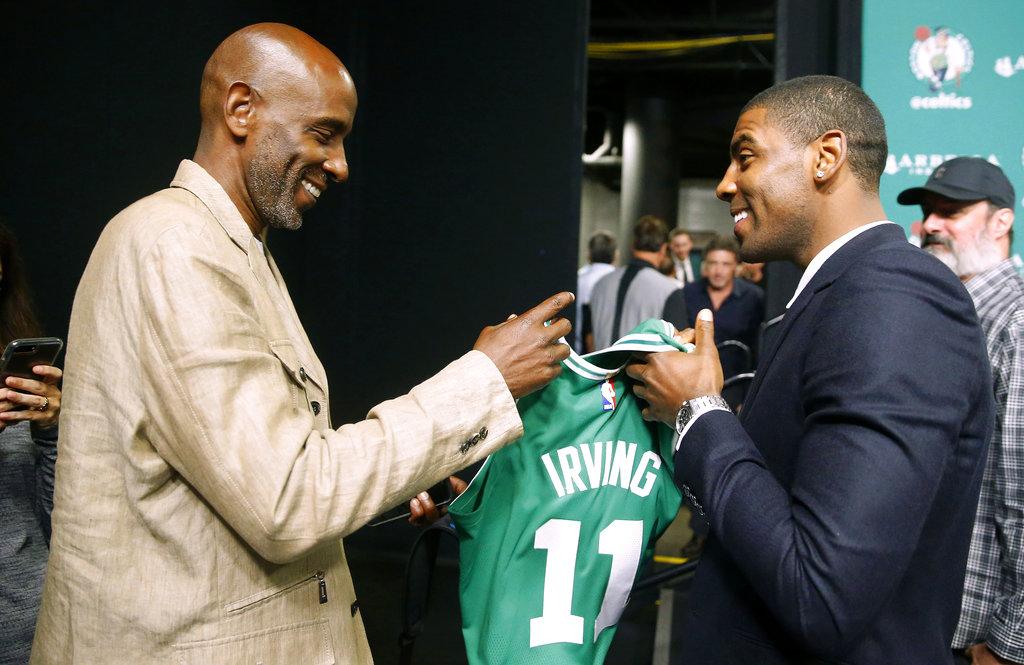 El padre de Irving junto al piloto con su nueva camiseta /Foto AP