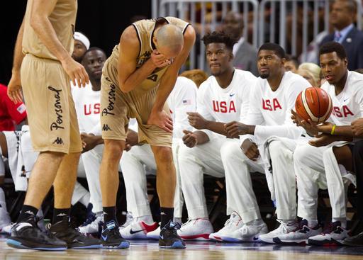 Ginóbili recibe las bromas de sus compañeros en la NBA /Foto AP