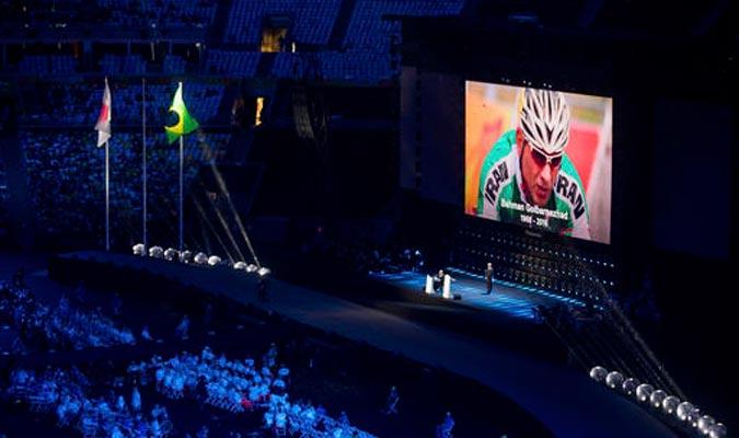 La organización le rindió un momento de silencio al ciclista Bahman Golbarnezhad / Foto AP