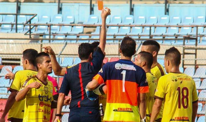 Luiryi Erazo recibe tarjeta roja al 38