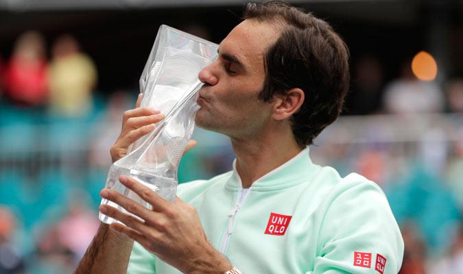 Federer besando el título 101 de su carrera/ Foto AP