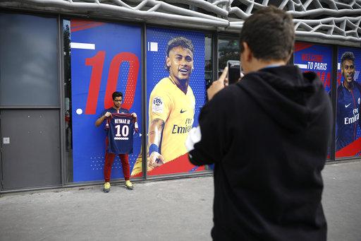 Todos los aficionados se tomaban fotos tras comprar la camiseta /Foto AP
