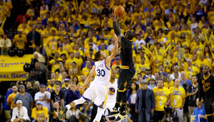 El disparo de Irving en el séptimo juego se convirtió en icónico /Foto AP