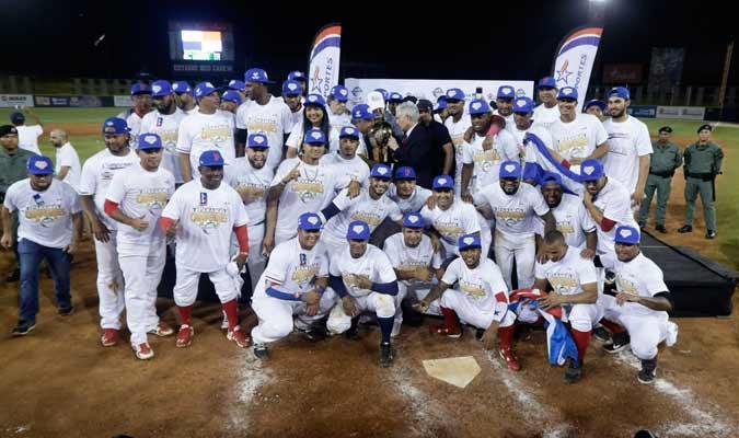 El equipo campeón posando para toda la prensa/ Foto AP