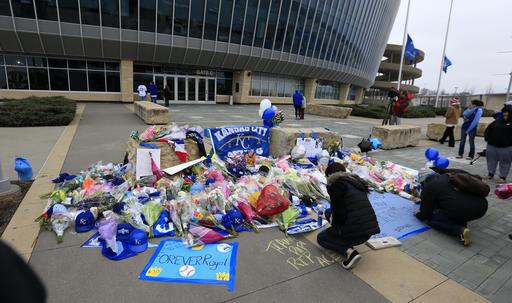 Varios aficionados acudieron al Kauffman Stadium /Foto AP