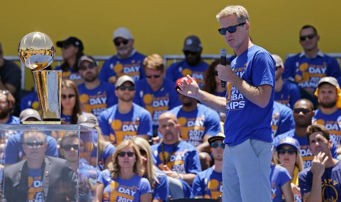 Steve Kerr le mandó un mensaje a los aficionados / Foto AP