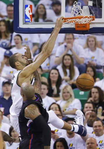 Por parte de Utah, el centro Rudy Gobert, le gana la jugada a Marreese Speights de Los Ángeles Clippers, mientras defiende durante el partido, el cual finalizó 105-98 a favor de Utah.