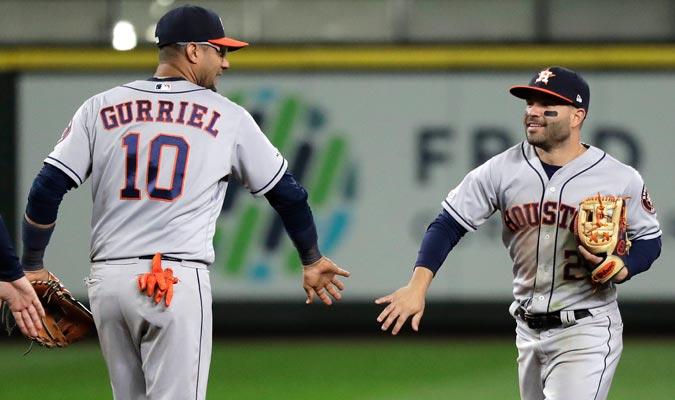 El segunda base celebrando con Gurriel/ Foto AP