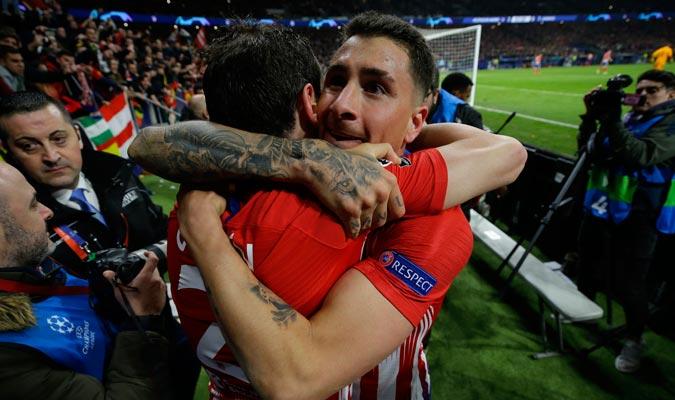 Giménez abrazando a Godín/ Foto AP