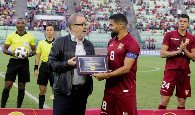 Rincón recibe placa conmemorativa de sus 100 partidos con la Vinotinto/ Foto César Suárez