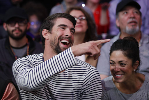 El deporte en toda su expresión, El nadador olímpico Michael Phelps, disfruta de los partidos de la NBA junto a su esposa, en el encuentro Lakers-Clippers efectuado este martes 21.