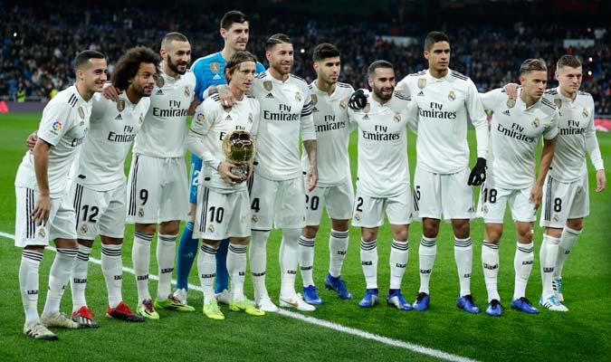 Modric posando con su premio y junto a sus compañeros/ Foto AP