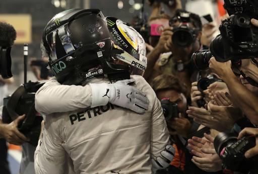 Hamilton y Rosberg se abrazan al finalizar la carrera /Foto AP