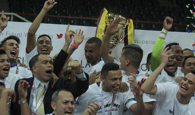 Jugadores con el título / Foto: César Suárez