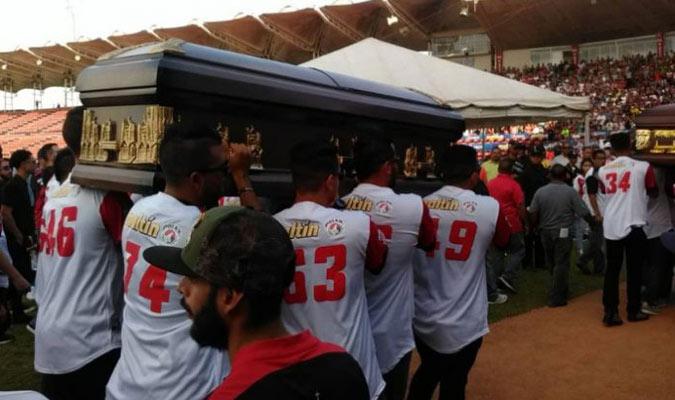 Así fueron llevados los ataúdes dentro del estadio/ Foto Twitter
