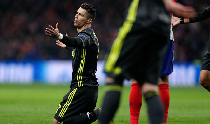 Cristiano poco pudo hacer ante la defensa rojiblanca/ Foto AP