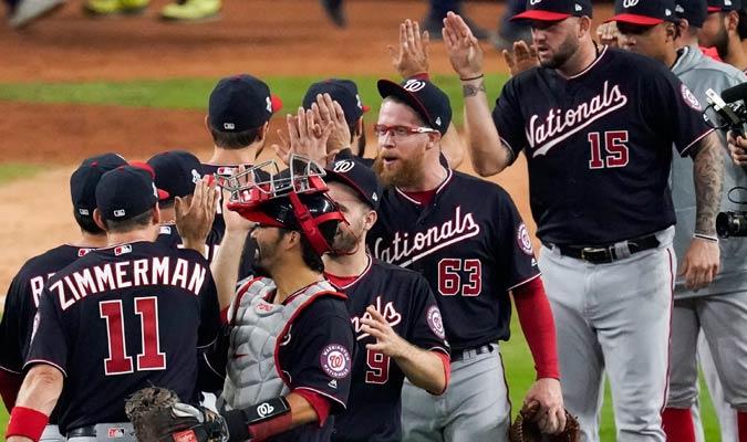 El equipo celebró a lo grande el primer triunfo de la serie/ Foto AP